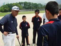 今任先生と 指導を受ける熊本県菊池の中学生
